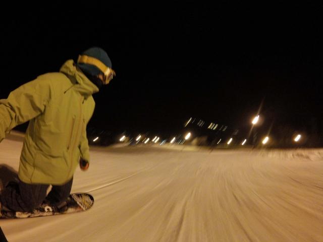 北海道札幌市のスキー場ゲレンデでナイターのスノボを滑っている様子