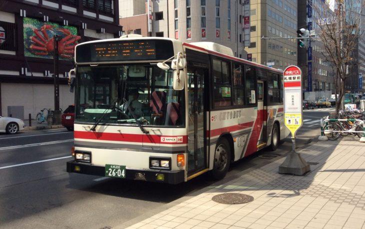 北海道札幌市の札幌駅近辺に停車中のバスの写真