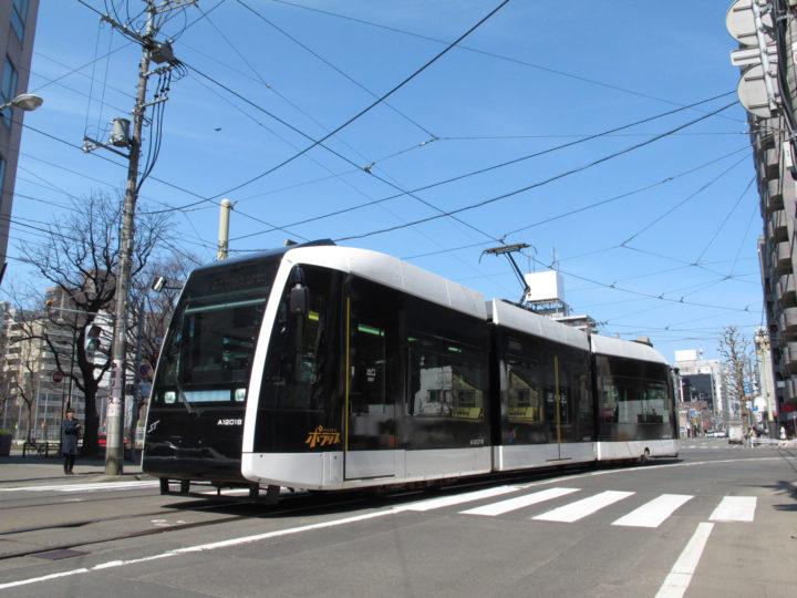 北海道札幌市中央区を走る札幌市電・路面電車の様子