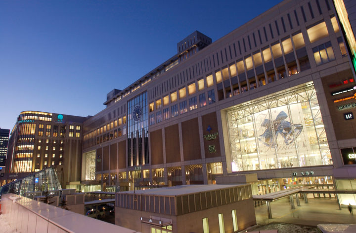 北海道のJR札幌駅にあるJRタワーの外観で、大丸札幌店まで見えています