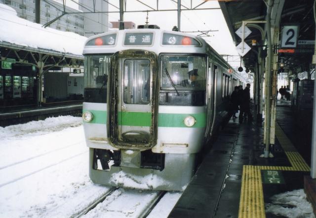 JR北海道の列車が雪の中、札幌駅に入線して停まっている様子
