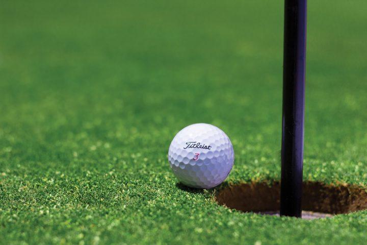 ゴルフ場でグリーン外から打ったボールがチップインバーディになりそうな瞬間