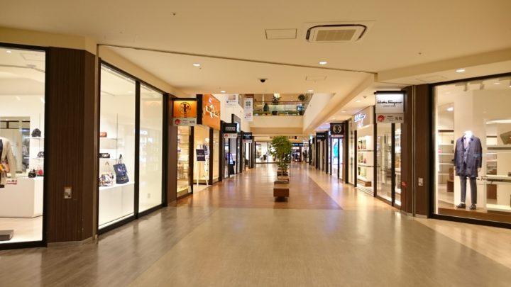 北海道の三井アウトレットパーク北広島で室内店舗が並んでいる様子