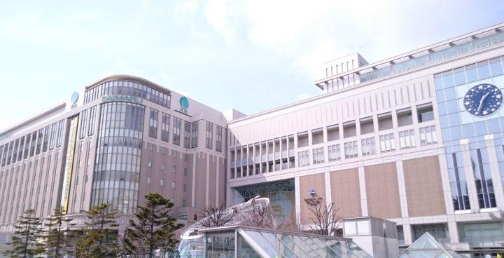 北海道札幌市にある大丸百貨店でJR札幌駅と直結していることが分かる外観の写真