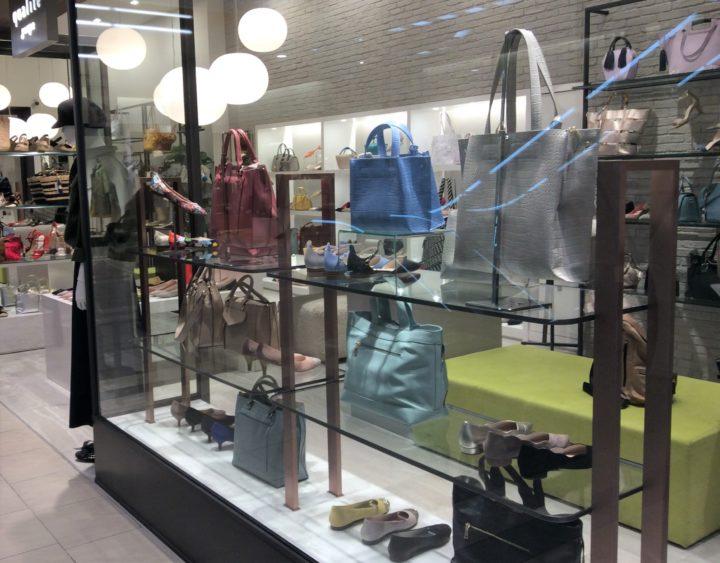 北海道札幌市のJRタワースクエア内ステラプレイスにあるくつ・カバンを中心としたファッション店舗の様子