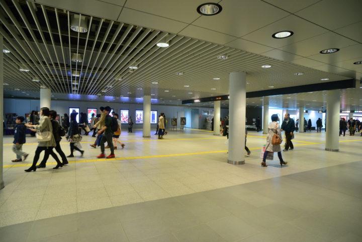 北海道にある札幌駅前地下歩行空間(チカホ)の広い地下道空間を多くの人々が行き交い、メインストリートであることが分かる様子