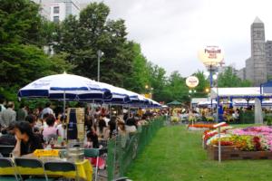 北海道札幌市の大通公園で夏に行われているビアガーデンの写真