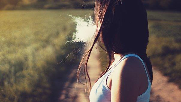 女性がたばこを吸っている様子