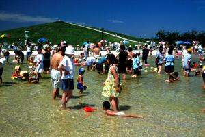 北海道札幌市のモエレ沼公園で水遊びをする家族の写真
