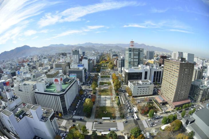 北海道札幌市の大通公園で全体像と山なみの写真