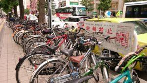 北海道札幌市の札幌駅付近で駐輪禁止エリアにたくさん停められている自転車の写真